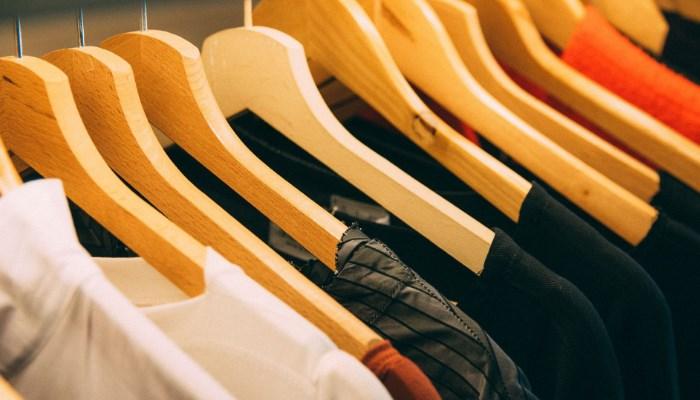 Cómo quitar manchas amarillas de ropa guardada