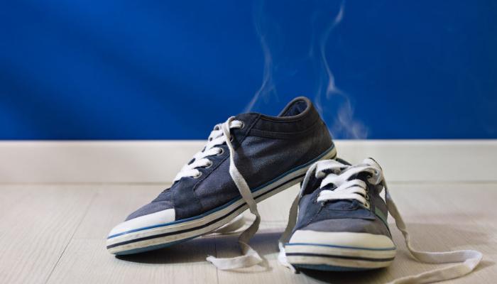 cómo quitar el mal olor de los zapatos