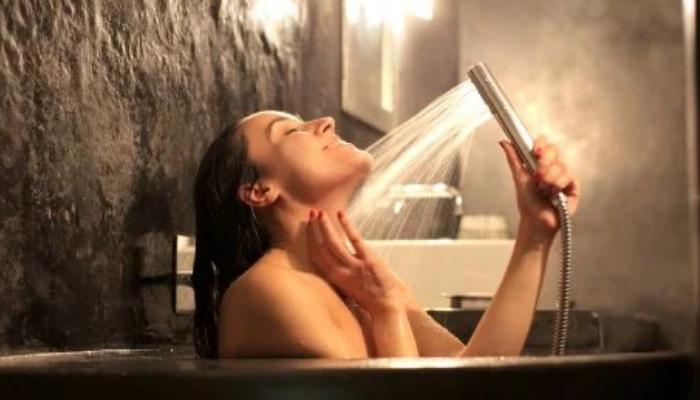 Baño caliente aromático para quitar contracturas del cuello