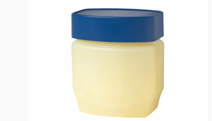 cómo quitar pintalabios permanente con vaselina