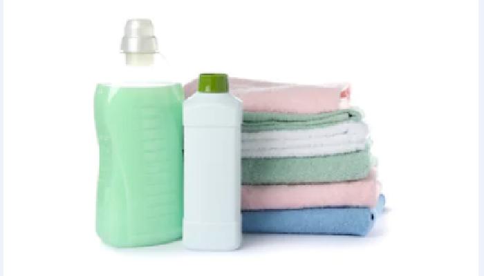 Jabón líquido y vinagre blanco, para quitar manchas amarillas de la ropa de color