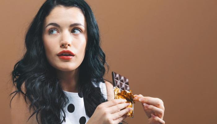Cómo quitar manchas de chocolate en la ropa