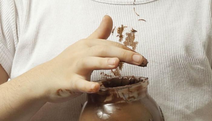 Cómo quitar manchas recientes de chocolate en la ropa