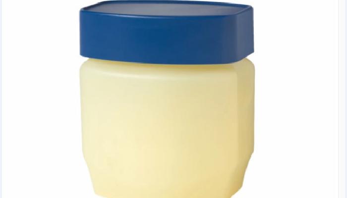 Vaselina para quitar las manchas de tinte de la piel.