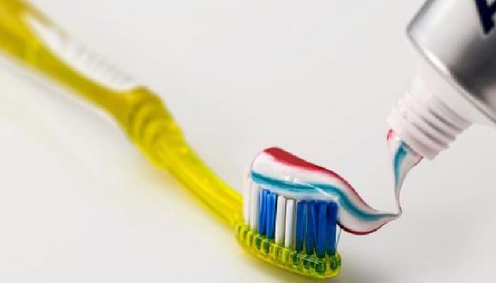 Pasta de dientes para quitar las manchas de tinte de la piel.