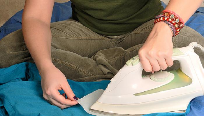 Planchar la mancha de cera para quitarla de la ropa