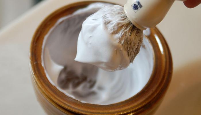 Espuma para afeitar para quitar manchas de grasa de motor de manera efectiva