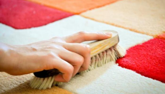 Cómo quitar manchas de pegamento de las alfombras