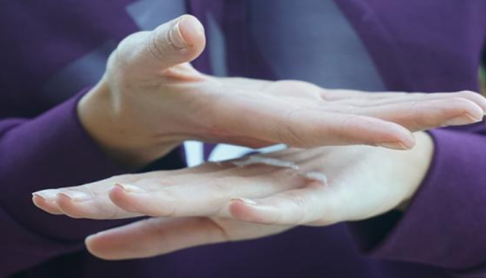 Cómo quitar manchas de pegamento de las manos