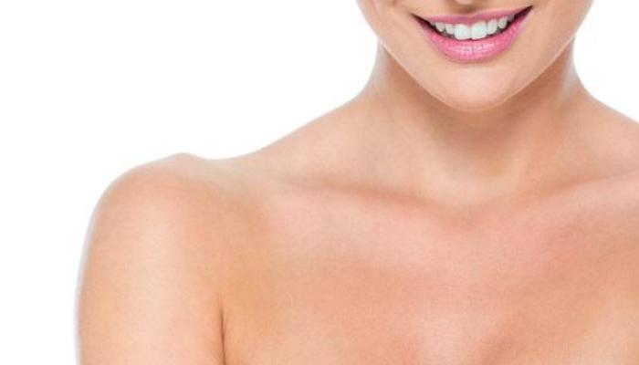 Consejos útiles para quitar los granos de grasa de la piel del escote y mantenerla bonita