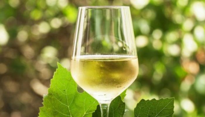 Vino blanco y Bicarbonato de Sodio para quitar manchas de vino tinto en ropa ya lavada