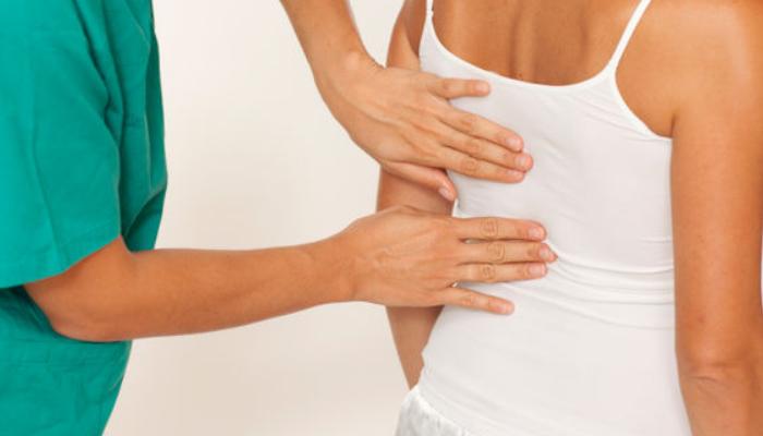 Razones por las cuales acudir al médico para quitar contracturas espaldas