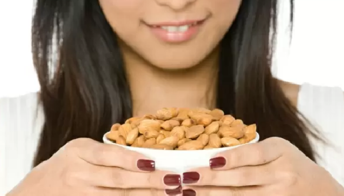 Formas efectivas de cómo quitar la piel a las almendras y a otros frutos secos