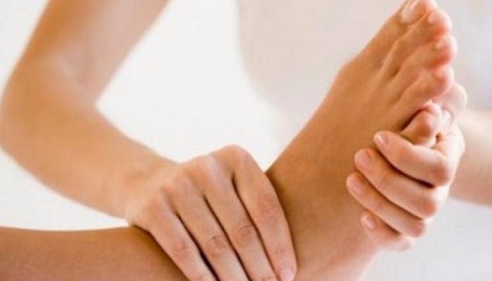 Cirugía: En pocas ocasiones y como última instancia, el doctor puede recomendar una cirugía para corregir la deformidad del hueso que está causando la fricción que causa un callo. 14 Consejos útiles para mantener los pies sanos y libres de callos