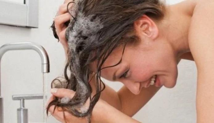 Cómo quitar la caspa del pelo con trucos caseros
