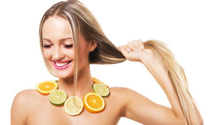 Cómo quitar la caspa del pelo con limón.