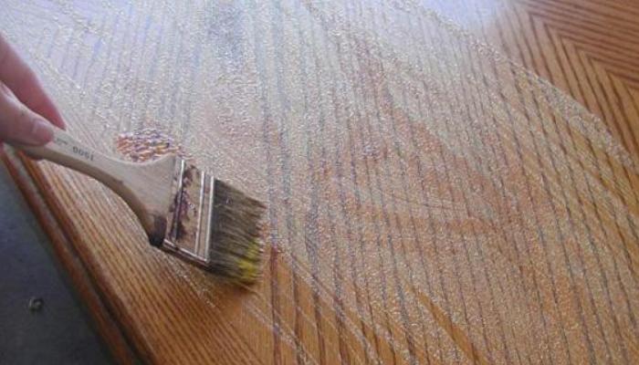 Cómo quitar pintura de la madera con decapante