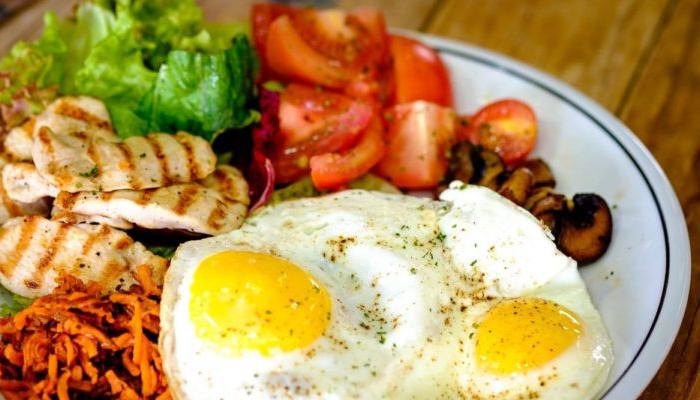 cómo quitar el sueño con un nutritivo desayuno