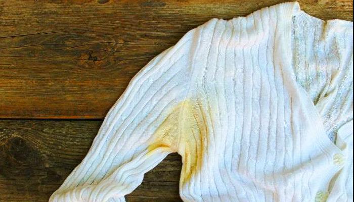 como quitar manchas de sudor en ropa blanca