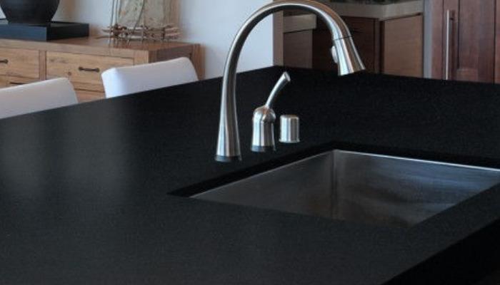 Quita las manchas del mármol negro con productos naturales
