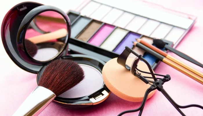 cómo quitar maquillaje de la ropa