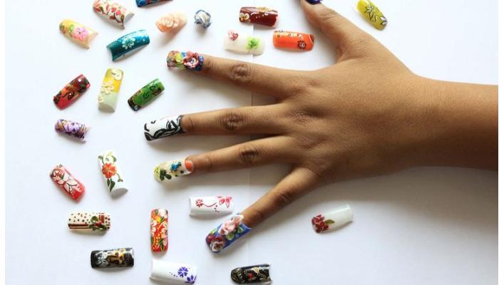 cuatro métodos para quitar uñas de porcelana