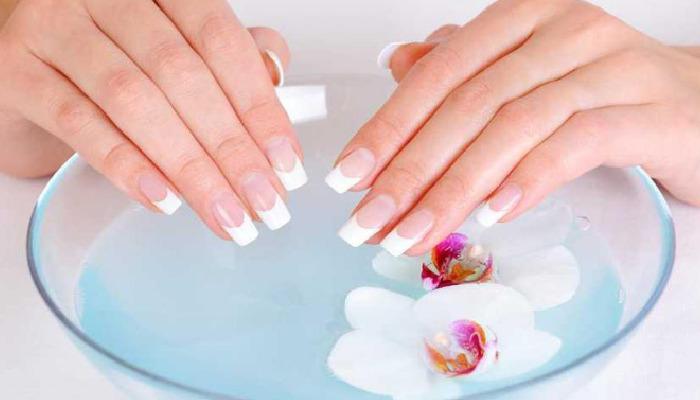 Cómo quitar uñas de porcelana, utiliza acetona pura