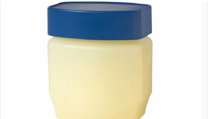 Usa vaselina y elimina manchas de tinte de la piel
