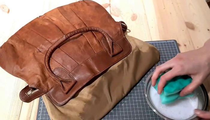 ¿Chicle en tu bolso de cuero? elimínalo con agua caliente y lavaplatos