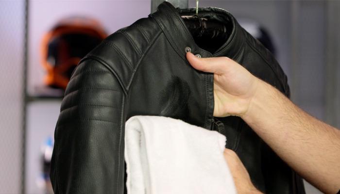 Congela el chicle en tu chaqueta de piel para quitarlo rápidamente