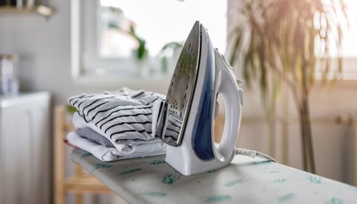 Cómo quitar el chicle de la ropa con la plancha caliente