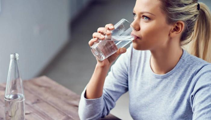 Tomar agua para hidratarse y quitar el dolor de riñón
