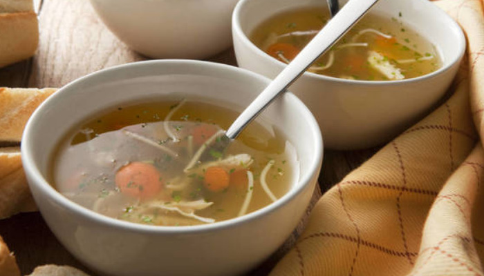 Dile adiós a la tos en niños con una deliciosa sopa de pollo
