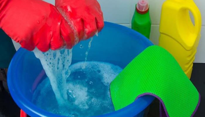 Deshacerse de la pintura acrílica de la ropa es fácil con amoniaco y vinagre