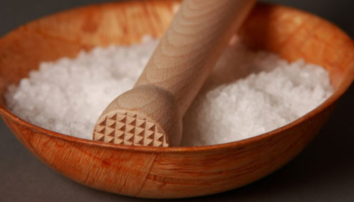 evita la retención de líquidos no consumiendo sal
