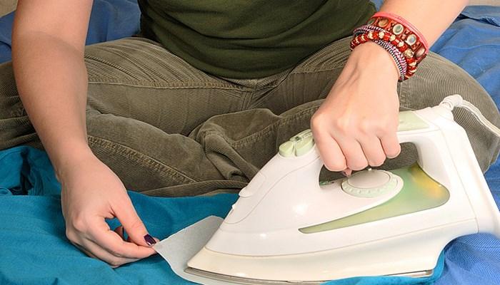 Cómo quitar cera de la ropa con una plancha