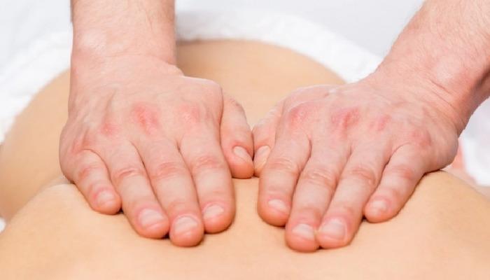 Unos masajes suaves con romero mejoraran los malestares del dolor de espalda