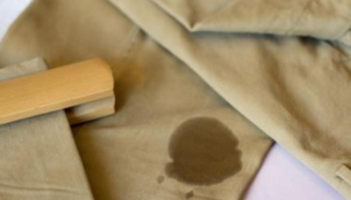la grasa de la ropa cuando esta fresca es mas fácil de sacar con algunos productos que tienes en casa
