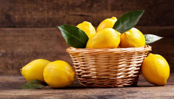 El limón es un antimancha natural asi que atrevete a quitar las de tus manos