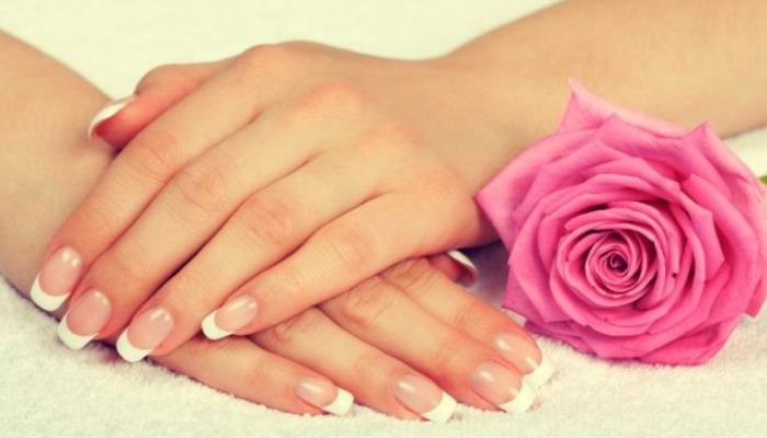 la combinacion bicarbonato agua de rosas y miel es potente para quitar manchas de la piel
