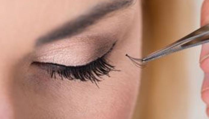 Con la pinza de cejas te puedes ayudar para sacar las pestañas una a una