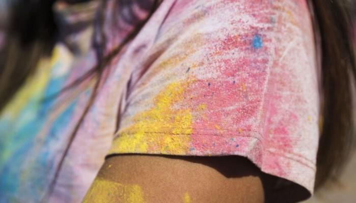 Cómo quitar el exceso de pintura de la ropa