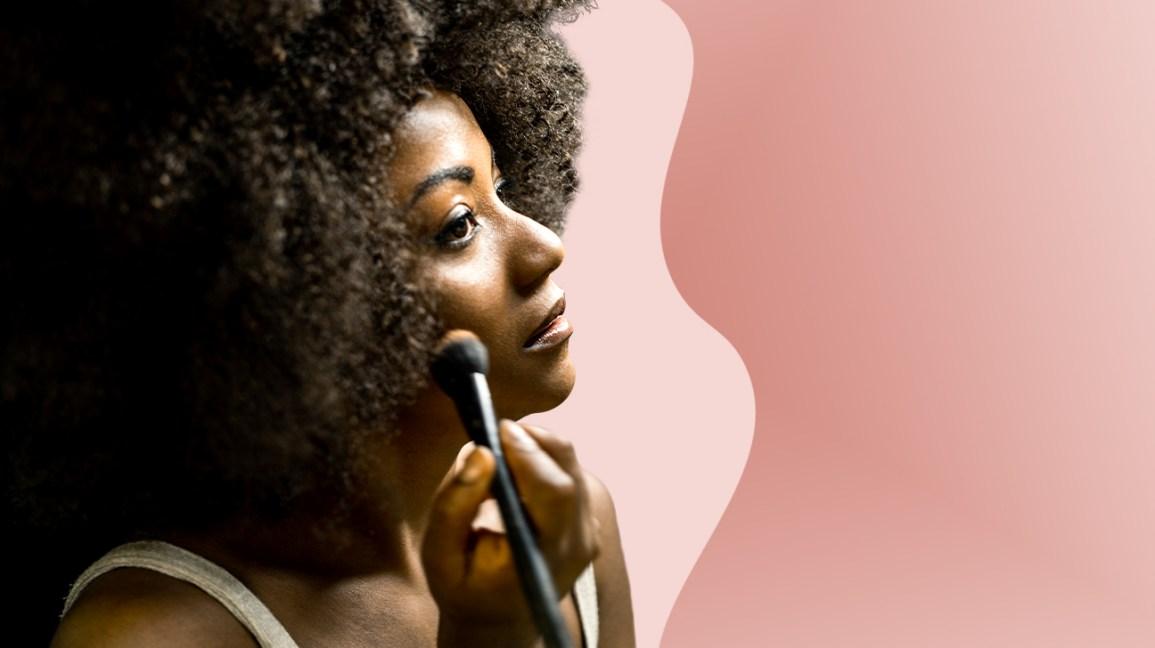 Las mujeres se aplican maquillaje