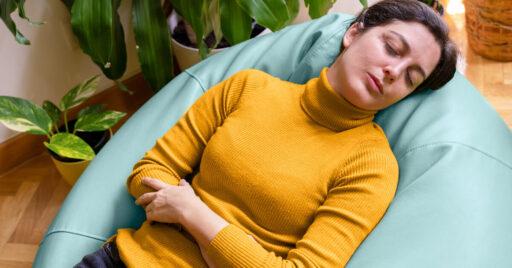 Qué causa el dolor de estómago y cómo tratarlo